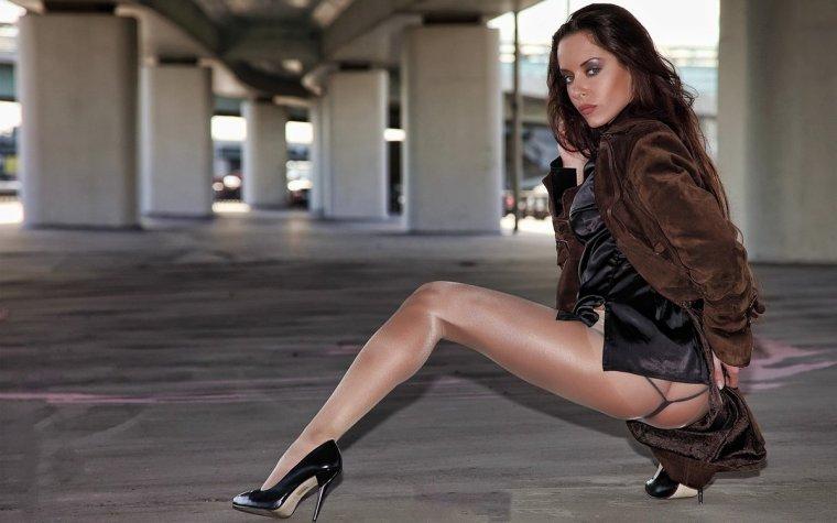 לייזה בחורה חמה מחכה להזמנה שלך